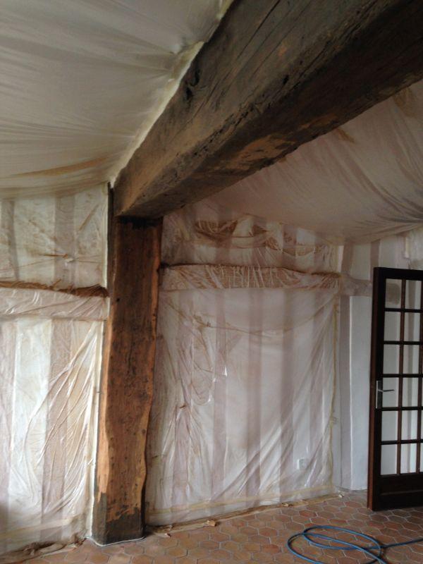 Poncage poutre ancienne simple plafond avec poutres apparentes peintes en noir with poncage - Peindre des poutres anciennes ...